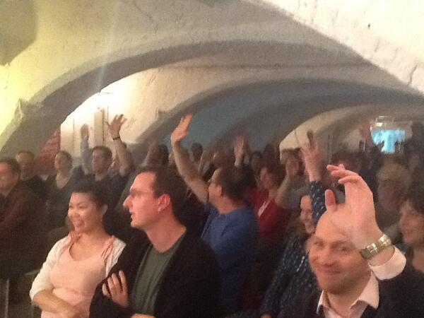 #contentcafe groot deel  publiek nog op hand van @everbass en #cope, maar @peetsneekes wint zieltjes: #maak keuzes http://pic.twitter.com/dUvbXIATR1