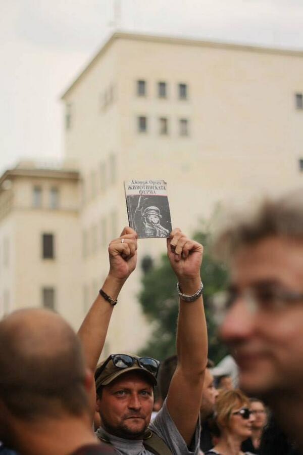 "Man holds George Orwell's book ""Animal Farm"" at an anti-government protest in #Sofia #Bulgaria today. #ДАНСwithMe pic.twitter.com/VxrNiQuimD"