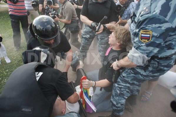 #Russia is waging war on their #LGBT community. Pictures here: demotix.com/news/2205340/p… pic.twitter.com/rJas7IFEF9