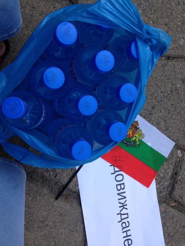 Mineral water for the police! #sofia #дансwithme pic.twitter.com/QqvMl6fXv2