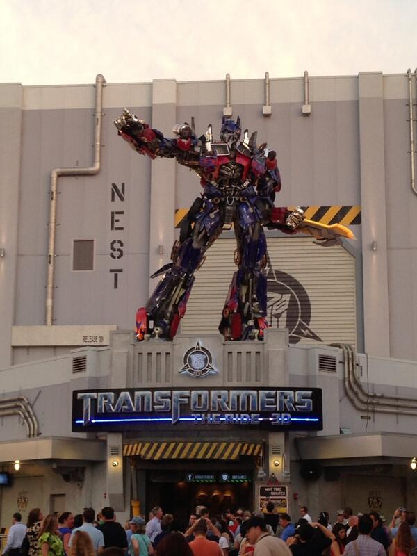 Optimus Prime will keep us safe! Or will he? pic.twitter.com/Wyukb8Jq3y