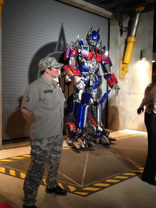 11-ft-tall #Optimus @universalorl @florida_today #Transformers #prepareforbattle pic.twitter.com/Lv1wZbi3gb