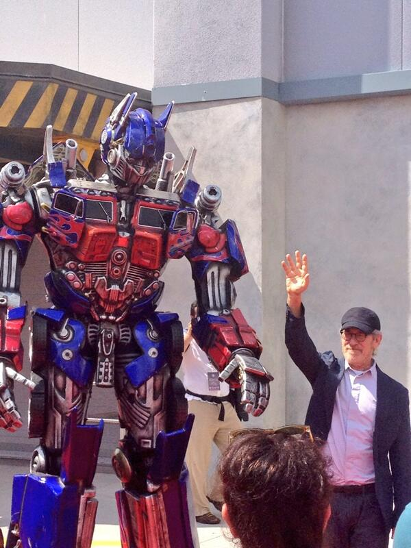 Steven Spielberg walks the red carpet with Optimus Prime for TRANSFORMERS: The Ride - 3D! #TFGrandOpening pic.twitter.com/mkt8A2epHC
