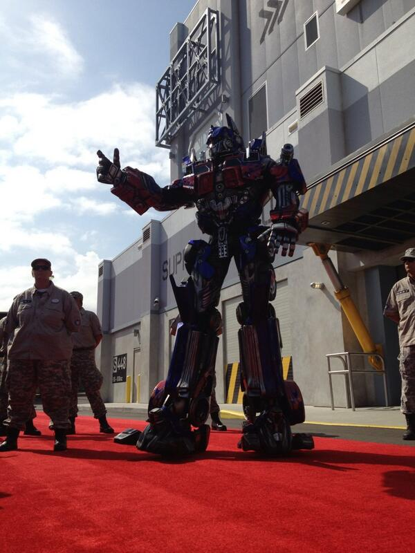 The air up there! How tall is #OptimusPrime? Probabyl 12-feet-tall @UniversalORL #Transformers #PrepareForBattle pic.twitter.com/q2uyVOijzZ