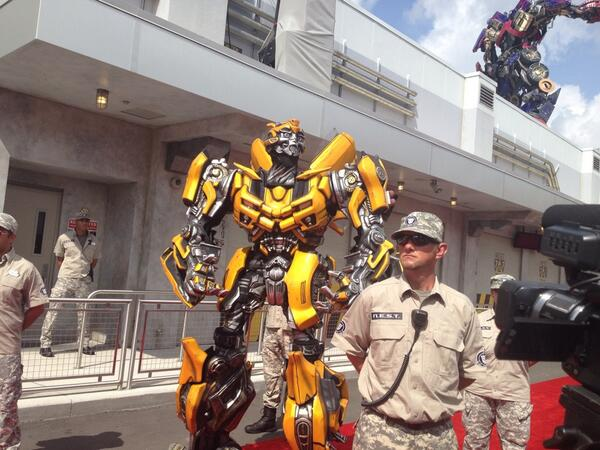 #Bumblebee makes grand entrance, too @UniversalORL #Transformers #PrepareForBattle @Florida_Today pic.twitter.com/IvLLhERwmJ
