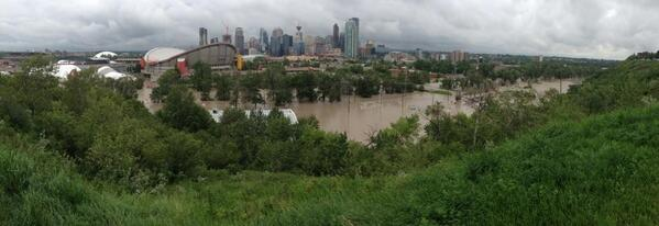 Another panoramic shot from Scotsman's hill. No media up here that I can see. #yycflood pic.twitter.com/XWJFxaUaXY