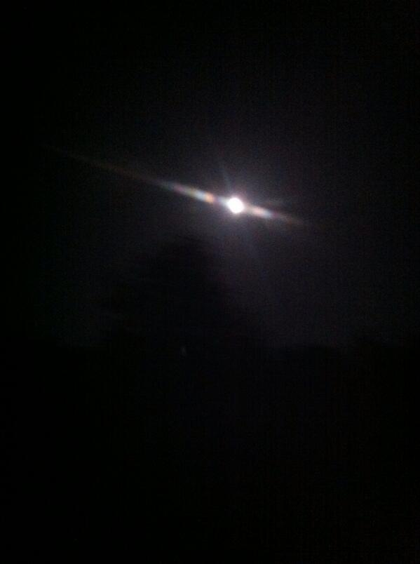 Full moon for our midnight travels. #bright pic.twitter.com/U2r1Vdi0Lw