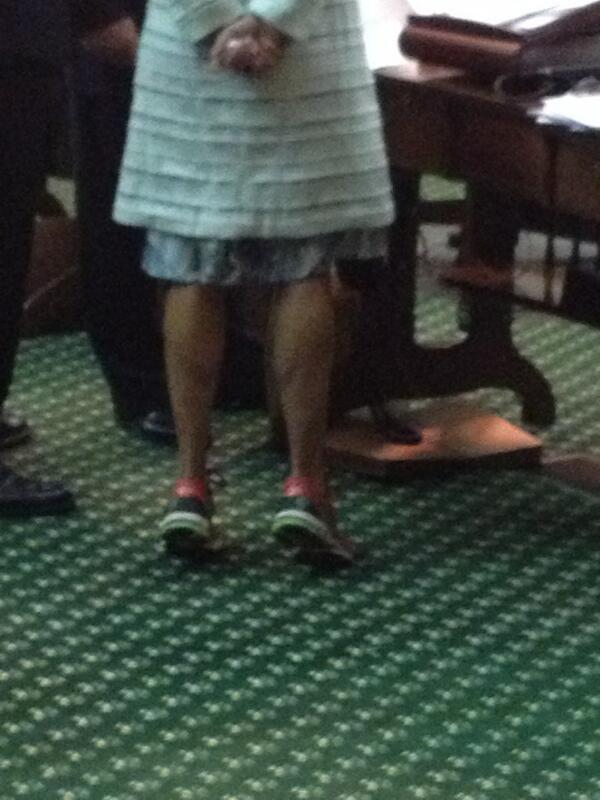 Now she's just showing off. Sen Wendy Davis flexing calves while waiting. #SB5 pic.twitter.com/E7NytPuosh