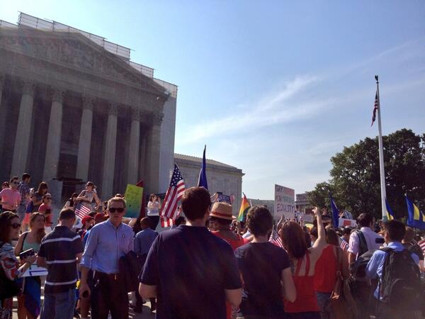 Picture of the crowd in front of #SCOTUS this morning! #eqfl #DOMA #Prop8 #freedomtomarry #GetEngaged pic.twitter.com/BZyquhgPyX