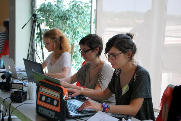 Et voici la team du suivi web de la journée #ecocrea à @capsciences #fablab @ClaireSemavoine @ElsaDorey @CyrYel pic.twitter.com/AryvFVDfEs