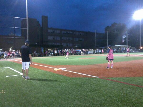 .@SenGillibrand on the mound. Bad News Babes just took 10-8 lead in @CWSoftballGame pic.twitter.com/M8ieGpvUXK