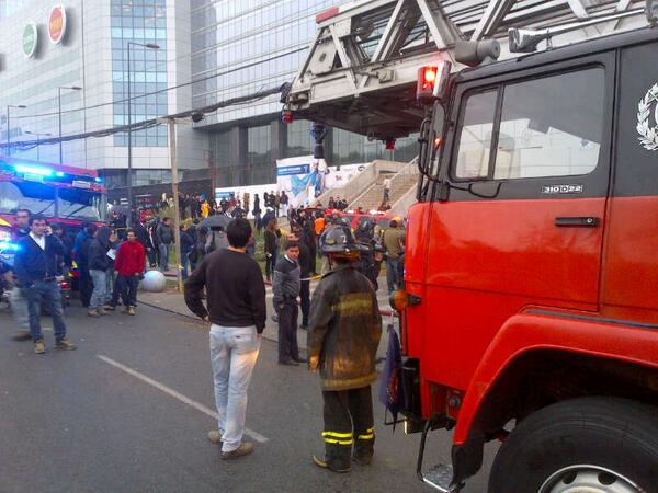 Material mayor del CBS en el incendio del Mall Costanera Center. pic.twitter.com/r8rGluoZWS