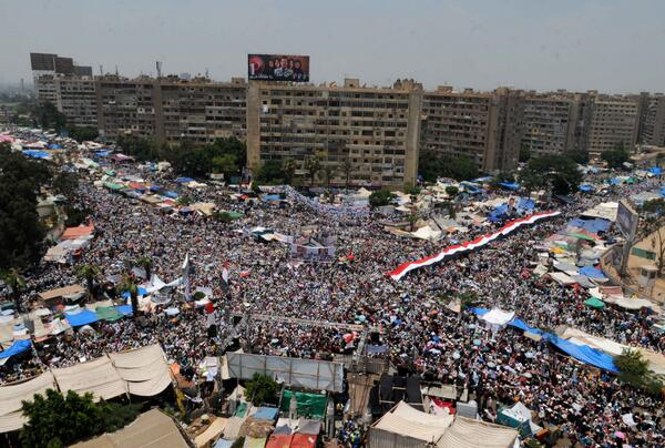 Raba'a Al-Adawiya heaving with people once again with Morsi supporters (photo by Mohamed Assad) #Egypt http://pic.twitter.com/Bhr49vjWle