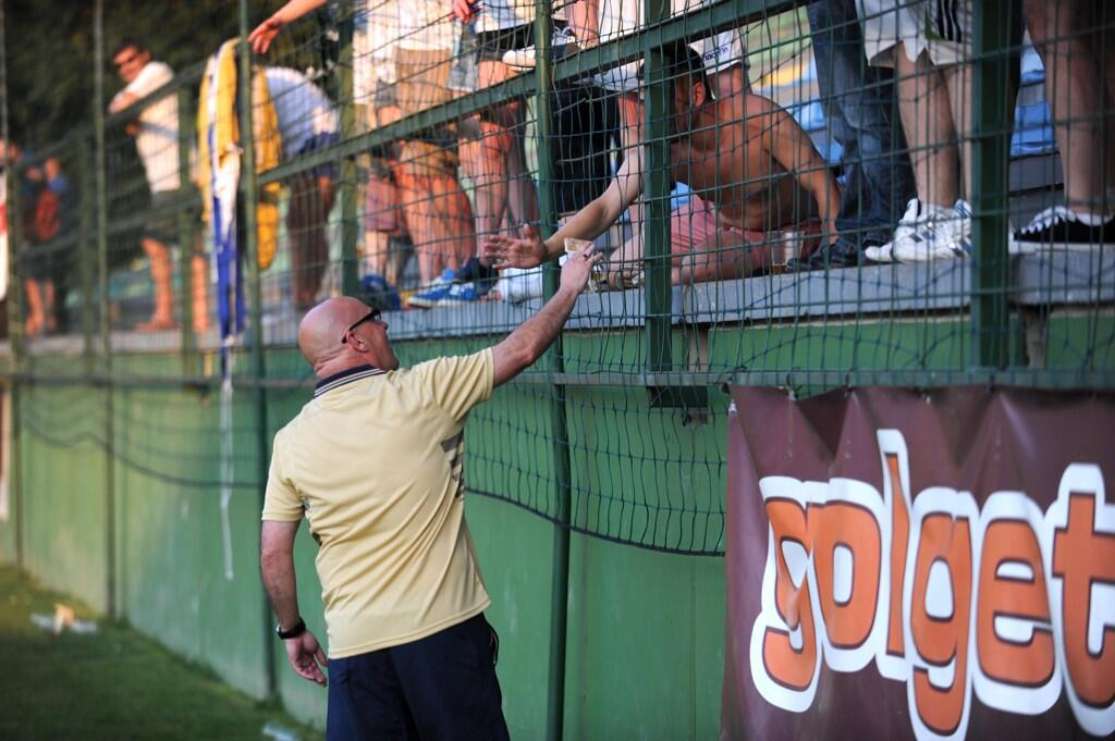 In Pictures: Brian McDermott handed over €50 to Leeds fans for beer in Slovenia