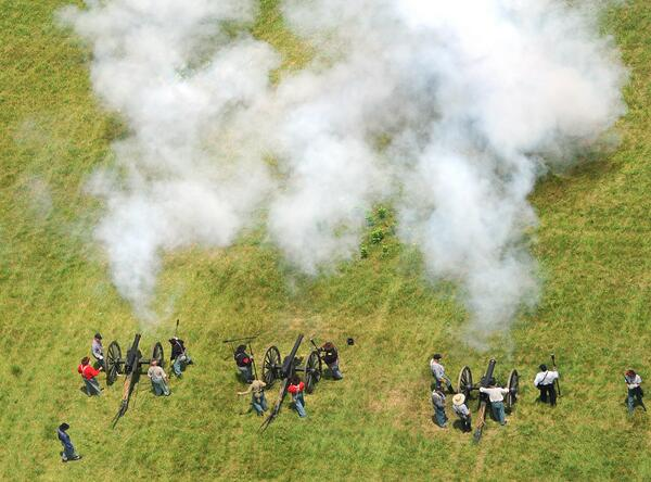 Pic: aerial photo of Pickett's Charge re-enactment at #gettysburg150. #gburg150 #cw150 Updates @ydrcom pic.twitter.com/jR6s7btvmQ