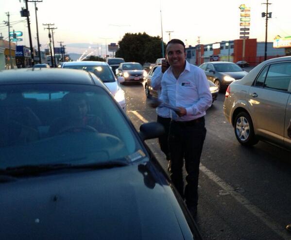 Saludando en el crucero de Lazaro Cárdenas y Anáhuac. http://t.co/8o2GmzfoVM