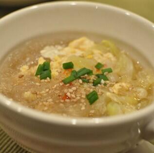test ツイッターメディア - ダイエット中の空腹に効く春雨スープ【材料】 (2人分) 残り野菜 適量 春雨 適量 鶏がらスープの素 大1 水 適量 水溶き片栗粉 適量 塩コショウ 適量 【作り方】 材料を鍋で煮るだけ。 春雨で満腹になります。 https://t.co/o3EQKlIjMs