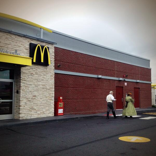 Re-enactors at the golden arches. Anachronisms like this are common at #Gettysburg150. pic.twitter.com/Ve4h07NbQo