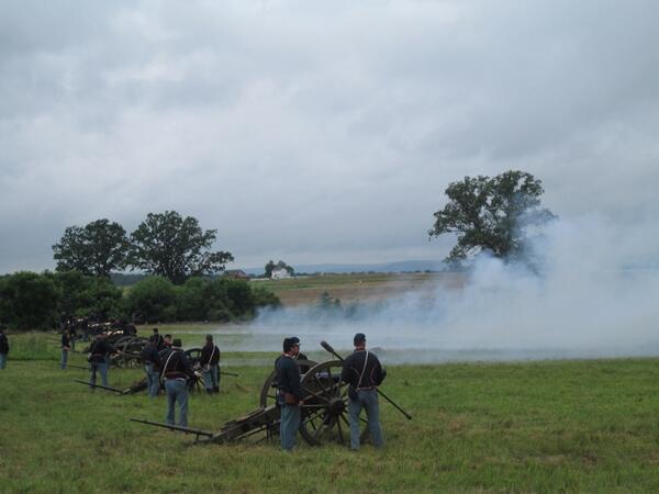 Cannonball!  #Gettysburg -style. #Gettysburg150 #Gburg150 pic.twitter.com/UklrxlebHY