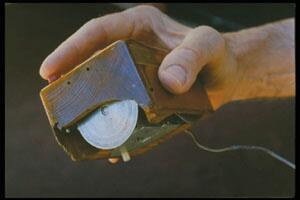 Douglas Engelbart holding first mouse prototype in 1963 pic.twitter.com/KQdkA1maDP