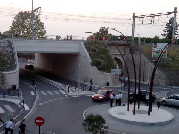 Les enquêteurs sont déjà à l'œuvre à l'endroit même ou le train a déraillé (en face de chez moi). #Brétigny #SNCF http://pic.twitter.com/wJ8JJDZAl4