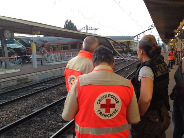 @croixrouge à #bretigny les dernières victimes sont évacuées, les dégâts sont considérables http://pic.twitter.com/cPj0FnfUhN
