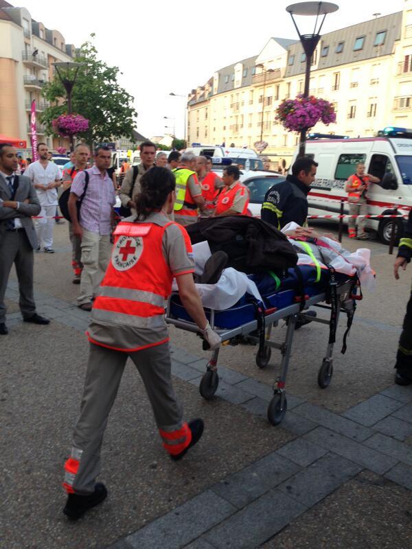 Prise en charge et évacuation des blessés. #Brétigny #SNCF http://pic.twitter.com/sK6nd9jCKP