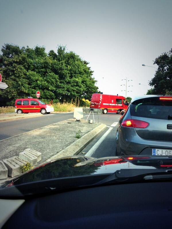 """""""@sophierigault: Escortés par les motards, les renforts arrivent de partout. #catastrophe #Bretigny http://pic.twitter.com/tgRTravoNZ"""" #SNCF"""