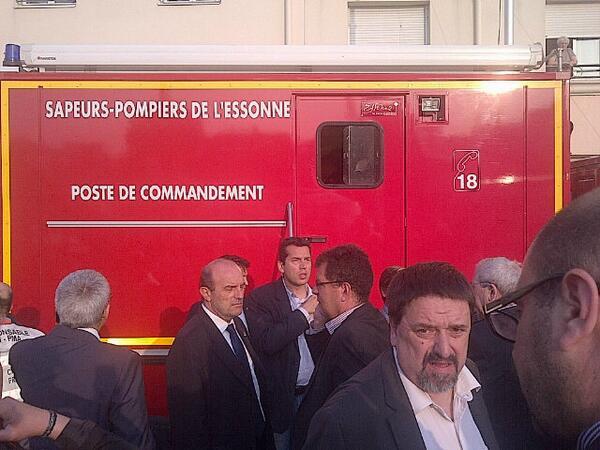 #Hollande au PC crise de Bretigny sur Orge pour faire le point sur la situation http://pic.twitter.com/ZKrQ95UEmF