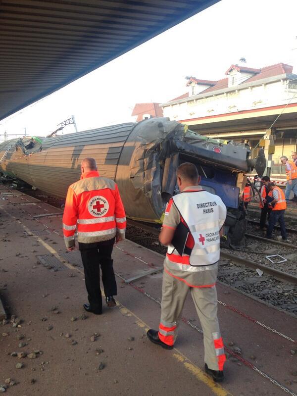 La @croixrouge à #bretigny au secours des victimes de la catastrophe ferroviaire #sncf http://pic.twitter.com/hhYuQ0tSy0