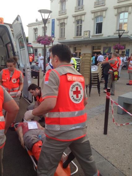 Plus de 90 volontaires @croixrouge au secours des victimes de la catastrophe de #bretigny http://pic.twitter.com/SsFj3nr7eE