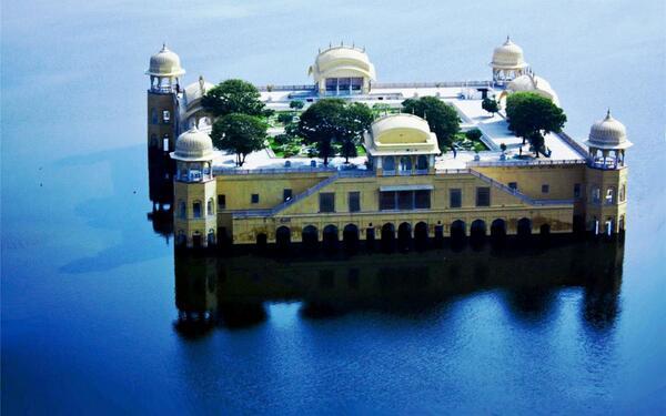 【インド】ジャルマハル。18世紀にマハラジャが夏の避暑地として造らせた宮殿。名前は「水の宮殿」を意味し、マハルはパレス(宮殿)を意味します。雨期と乾期ではガラリと印象が変わりますが、湖に浮かぶ姿は何とも幻想的ですね。 pic.twitter.com/rvTKDYjb5G