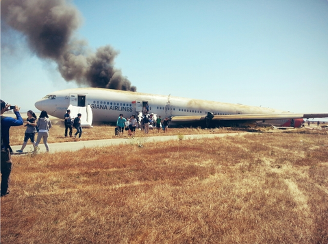 """""""I just crash landed at SFO. Tail ripped off. Most everyone seems fine. I'm ok."""" @Eunner path.com/p/1lwrZb pic.twitter.com/GKjoxzNJT9"""