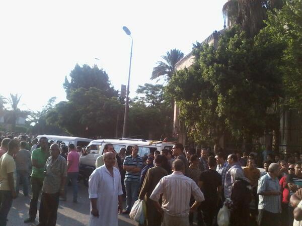 امام مسجد صلاح الدين استعدادا لجنازة شهداء المنيل http://pic.twitter.com/cJAPZQK2ic