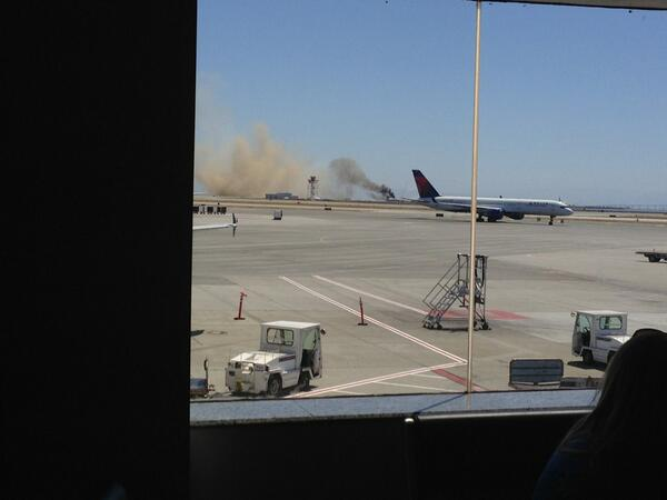 Omg a plane just crashed at SFO on landing as I'm boarding my plane pic.twitter.com/hsVEcVZ2VS