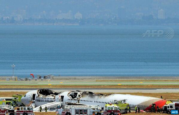 #PHOTO Asiana Airlines Boeing 777 is seen on the runway at San Francisco International Airport after crash landing pic.twitter.com/Toa04PaomJ
