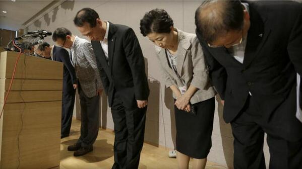 Beautiful picture. Asiana Airline executives bow and apologize for yesterday's plane crash: http://pic.twitter.com/MbANoW0OpY