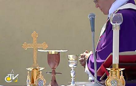 #PopeFrancis uses chalice that has outside made from wood of shipwrecked boat, but lined with silver. http://pic.twitter.com/YwI3yX6fq1