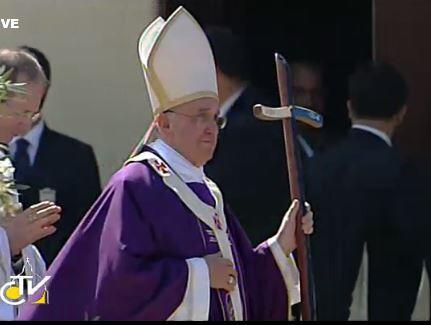 Lampedusa artisan made crosier for #PopeFrancis out of wood from shipwrecked refugee boats http://pic.twitter.com/r9XF5xZ7ut