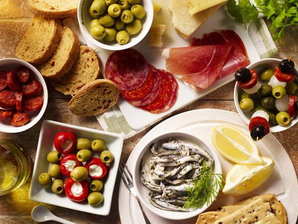 We're daydreaming about a platter of Spanish meat and olives...YUM! What's your favourite Spanish sharing dish? pic.twitter.com/GC7beNORuM