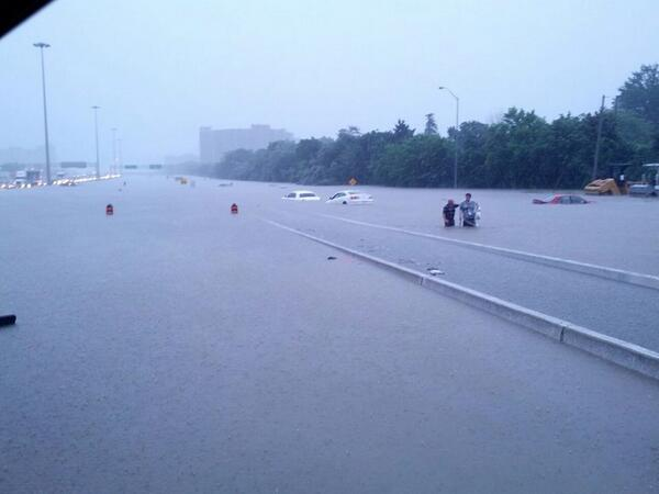 So my hubby is stuck in a bus at 427 and burnhamthorpe....cars flooded to the roofs pic.twitter.com/N4wUP2K0Qx