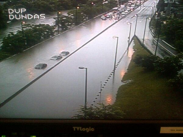 Unbelievable DVP at Dundas. Can't tell where Don ends and DVP begins. pic.twitter.com/Mj9B3bpvKL