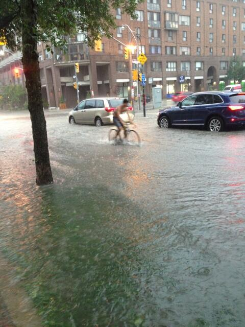 Water over the sidewalk on the Esplanade. #stormTO cc @CBCToronto pic.twitter.com/U4PVq3VR2q