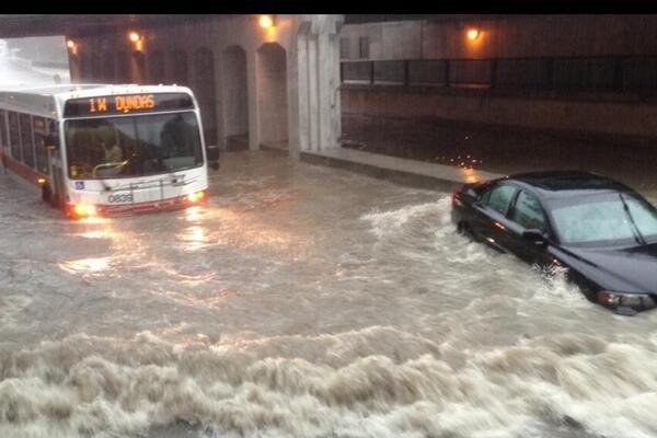 Just an average day in Toronto, nothing out of the ordinary... #StormTo #TORONTOPROBLEMS pic.twitter.com/Y2r2oWNVKD