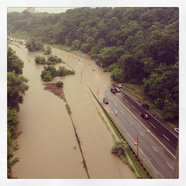 I can't tell if its the DVP or a field of mud... #stormTO #TORONTOPROBLEMS pic.twitter.com/OcB5efJODC