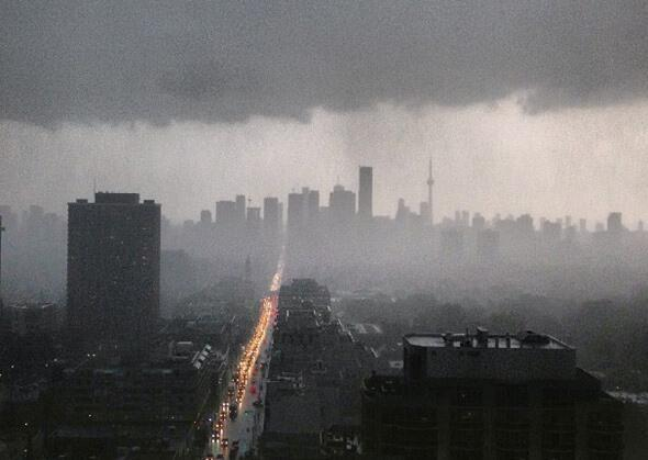 Now that's powerful. #Toronto without power. #onStorm pic.twitter.com/iyhLKWdKEo