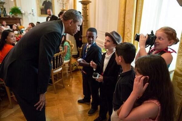 Stylish kid reporters interview Pres Obama at Kids State Dinner. Note photog who will have my job one day :) pic.twitter.com/tvAQjnehZ8