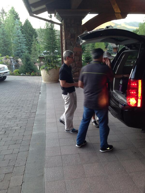 "Apple's Tim Cook & Eddy Cue arrive at Sun Valley. Big week ahead? ""We'll see"" says Cook #sunvalley13 http://pic.twitter.com/QGIRExpMGQ"