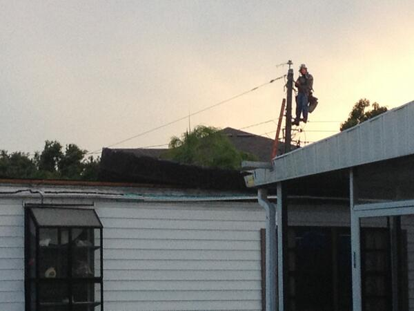 Cool pic of a utility worker up on a power pole after a tornado knocked out power in Palmetto.  #wflatv pic.twitter.com/rfXRO4JFc8