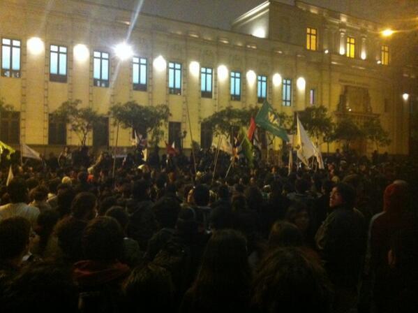 """""""La lucha es del pueblo y no de los partidos"""", cantan los manifestantes en Av. Abancay pic.twitter.com/SlkbhJTuWP"""